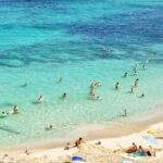 Folk bader ved stranden på mallorca