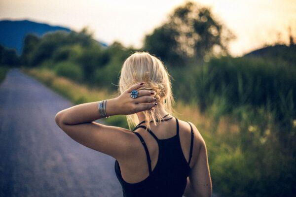 Kvinde med blonde hår og smykker