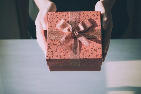 Person giver en indpakket gave