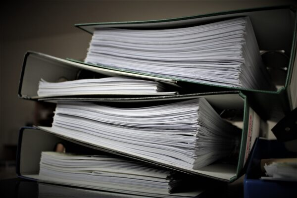 Papirarbejde i store mappe